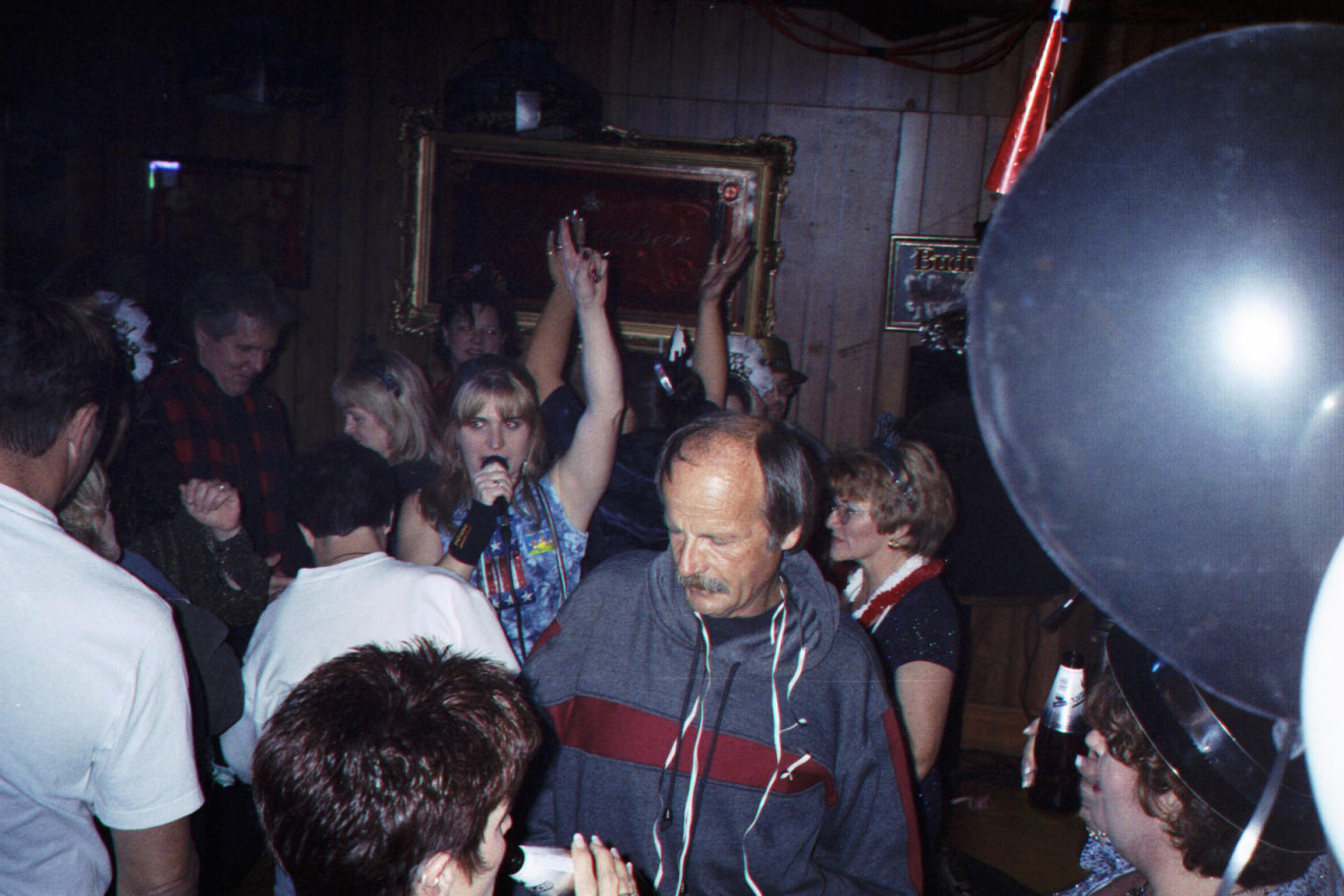 Karen singing on dance floor.jpg (199682 bytes)